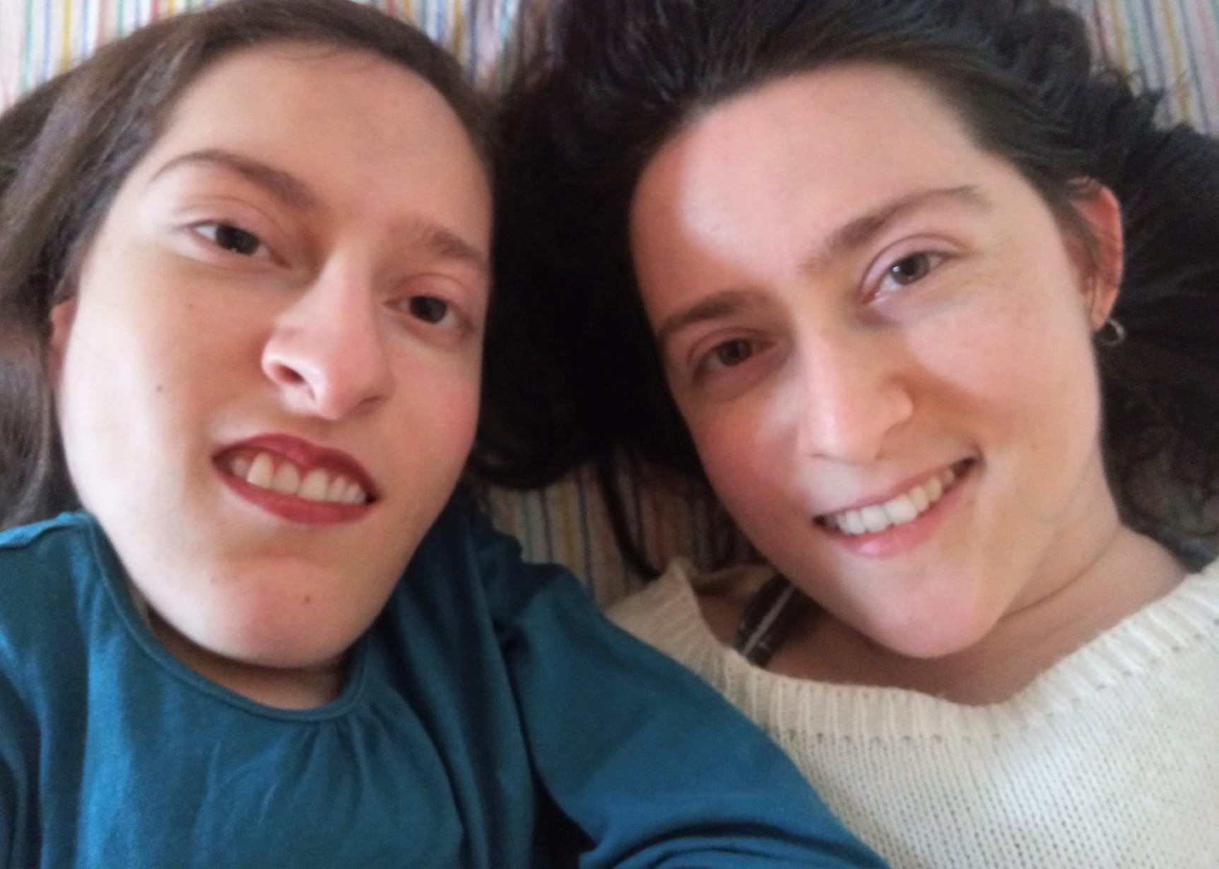 selfie di Elena (con una maglia ottanio) e Maria Chiara (con una maglia bianca) distese con le teste vicine.